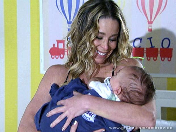 Niko deixa Amarilys pegar Fabrício no colo (Foto: Amor à Vida\TV Globo)