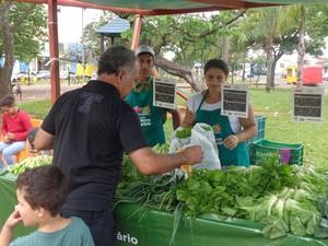 Produtores receberam treinamento e kits para montarem a feira (Foto: Reprodução/ TV TEM)