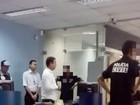 Vídeo mostra suspeitos fardados de policiais durante assalto a banco no PI