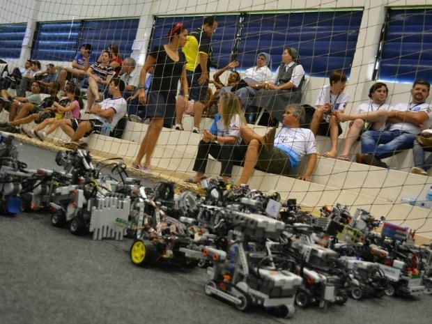 Feira de robótica em Fortaleza realiza disputa de Futebol entre robôs (Foto: André Teixeira/G1 CE)
