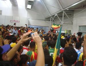 Torcida do Sampaio 'invadiu' aeroporto em São Luís-MA (Foto: Afonso Diniz/Globoesporte.com)