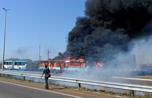 Ônibus do Eixo Anhanguera foi incendiado durante protesto, em Goiânia (Foto: Diomício Gomes/O Popular)
