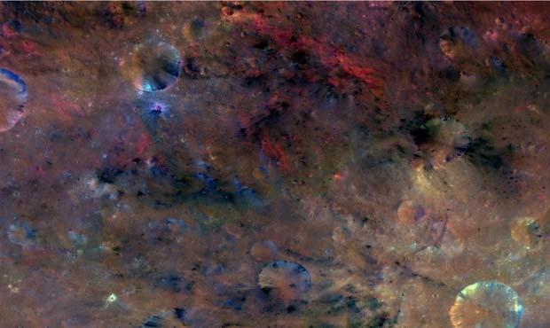 Com filtros de cores, imagem mostra material do noroeste da cratera Sextilia no ateroide Vesta (Foto:  NASA/JPL-Caltech/UCLAMPS/DLR/IDA)