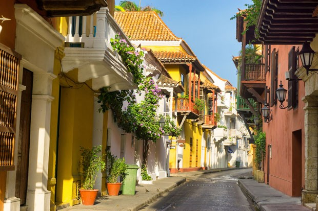 View of a beautiful colonial street in Cartagena, Colombia (Foto: Getty Images/iStockphoto)