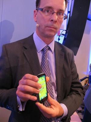 Chrostopher Edwards mostra o novo smartphone da ZTE feito em parceria com a Intel (Foto: Amanda Demetrio/G1)