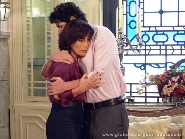 Nando consola Roberta com um abraço gostoso muito suspeito (Foto: Guerra dos Sexos / TV Globo)