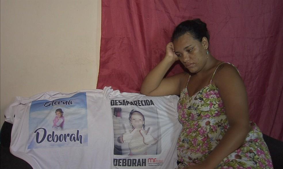 Daniele de Oliveira, mãe de Débora, diz que pequenos detalhes fazem ela acreditar que o corpo achado pelos garis é da filha desaparecida Deborah. (Foto: Reprodução/TV Verdes Mares)