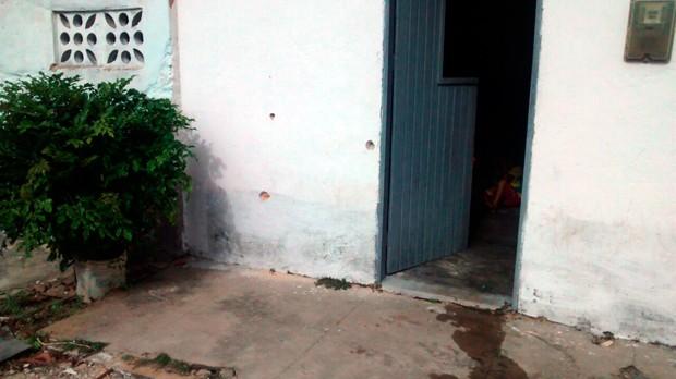 Vítima estava sentada na porta de casa, em Bom Jesus, quando foi baleada (Foto: Valber Moura/G1)