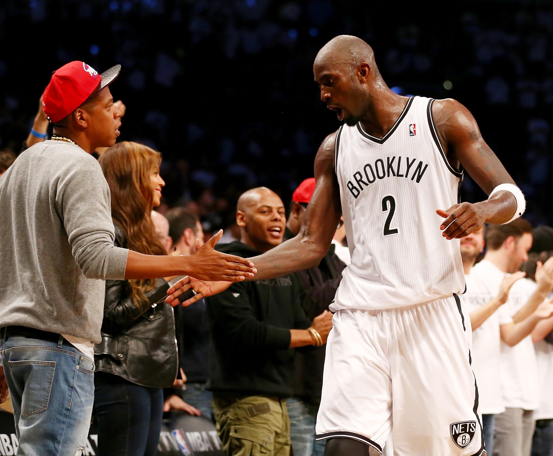 Jay Z cumprimenta o então atleta do Brooklyn Nets Kevin Garnett (Foto: Getty Images/ Elsa)
