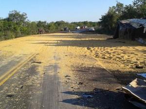 Carga da carreta ficou espalhada na BR-135 após colisão (Foto: Jenerson Gonçalves)