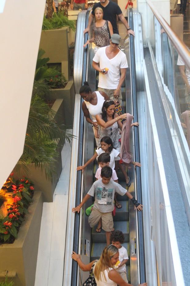 Márcio Garcia com os filhos em shopping do Rio (Foto: Daniel Delmiro / AgNews)