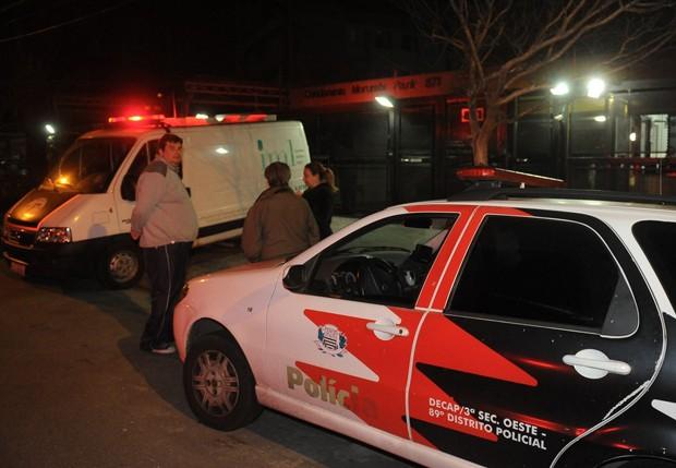 IML e Polícia Militar em frente ao prédio de Champignon (Foto: Francisco Cepeda/AgNews)