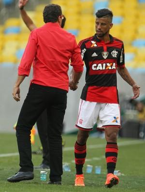 Luxemburgo cumprimenta Léo Moura na saída de campo (Foto: Gilvan de Souza / Flamengo)