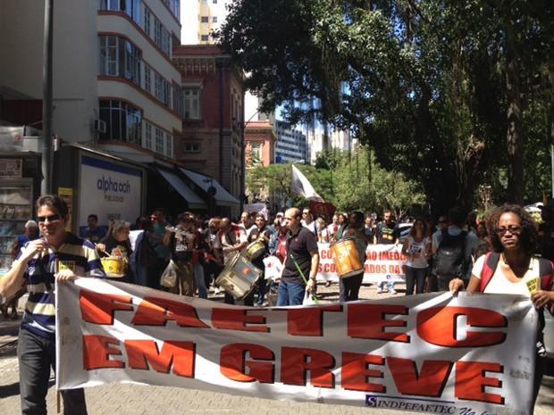 Professores começaram manifestação no Largo do Mchado, na Zona Sul do Rio (Foto: Guilherme Brito / G1)