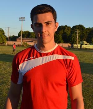 O zagueiro Vicente Thomaz sentiu dores no joelho e não treinou nesta segunda-feira (3) (Foto: Tércio Neto/GloboEsporte.com)