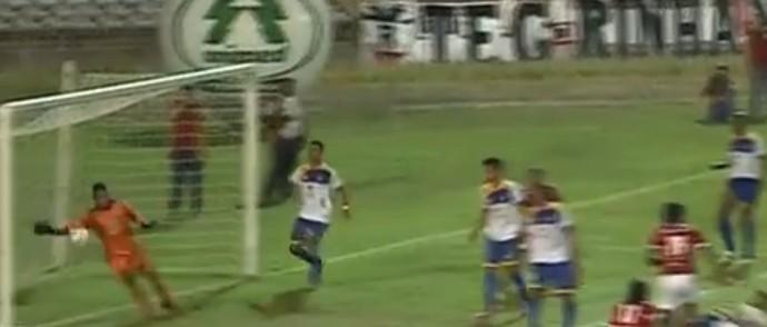 À la Gordon Banks, goleiro do Palmas faz milagre (Foto: Reprodução/TV Clube)