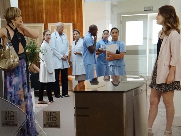 Laura se irrita com Samantha e não deixa barato (Foto: TV Globo)