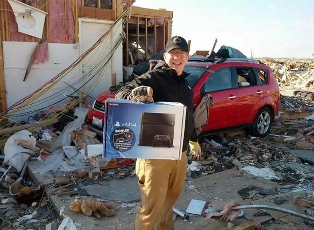 Homem segura caixa de Playstation 4 após supostamente perder a casa durante tornado nos EUA (Foto: Reprodução/Imgur/hepatitisC)