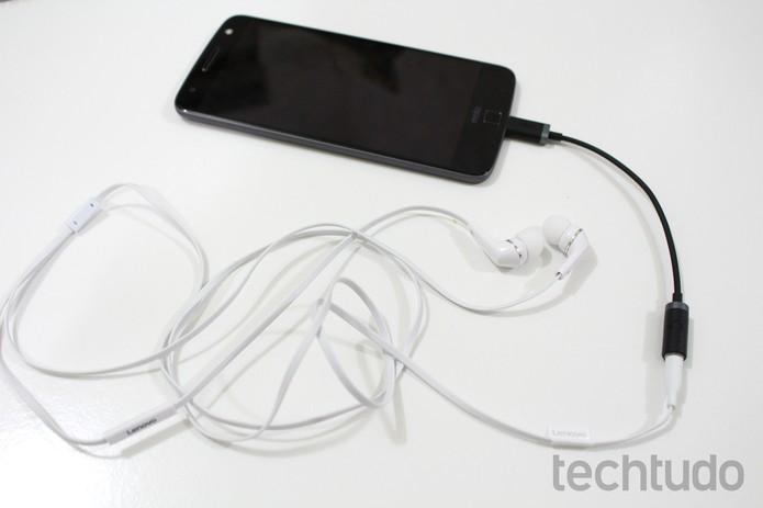 Moto Z não tem entrada para fone de ouvido (Foto: Aline Batista/TechTudo)