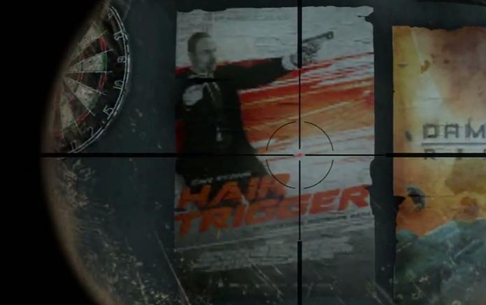 O filme Carga Explosiva ganhou uma homenagem nas paredes de um quarto (Foto: Reprodução/Youtube)