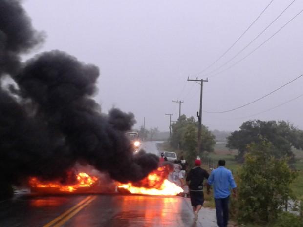 Moradores atearam fogo em pneus e impediram o tráfego (Foto: Divulgação/ Polícia Militar)