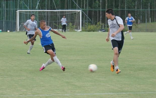 Paulinho faz jogada em cima de Pedro Paulo no treino do XV de Piracicaba (Foto: Eduardo Castellari / XV de Piracicaba)
