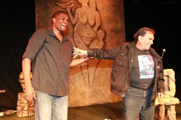 Dedé Santana pede aplausos para Jacaré (Foto: Fred Pontes/Divulgação)