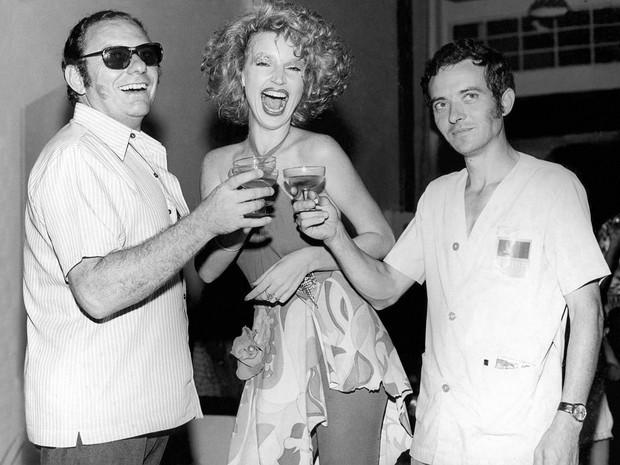 Elke Maravilha entre os atores Luis Gallon (esq.) e Gilberto Botura (dir.) em março de 1973, na gravação da novela 'A Volta de Beto Rockfeller', de Bráulio Pedroso, exibida na TV Tupi (Foto: Estadão Conteúdo/Arquivo)