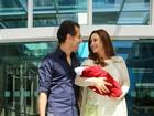 Guilhermina Guinle deixa a maternidade com sua primeira filha