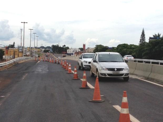 Trânsito é desviado por uma das marginais paralelas à rodovia (Foto: Alberto D´Angele/ RPC Londrina)