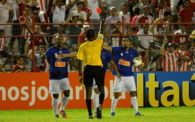 Expulsão - Náutico x Cruzeiro (Foto: Aldo Carneiro / Pernambuco Press)