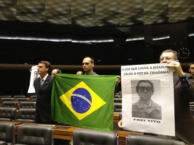 Deputado Jair Bolsonaro acompanhou sessão sobre os 50 anos do golpe militar ao lado de manifestantes contrários à ditadura (Foto: Felipe Neri/G1)