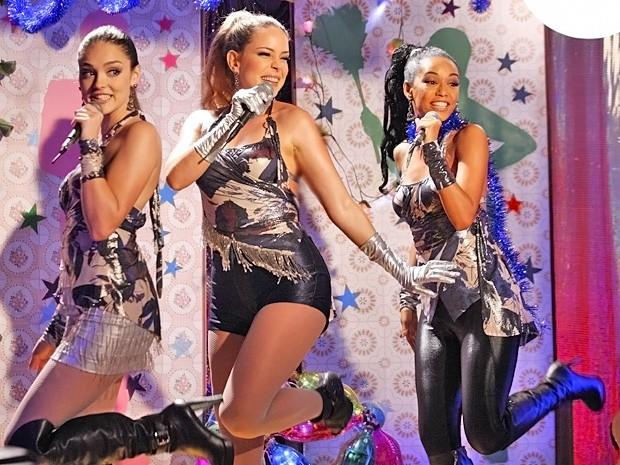 Meninas engatam na coreografia e dão um show na primeira apresentação do trio (Foto: Cheias de Charme/ TV Globo)