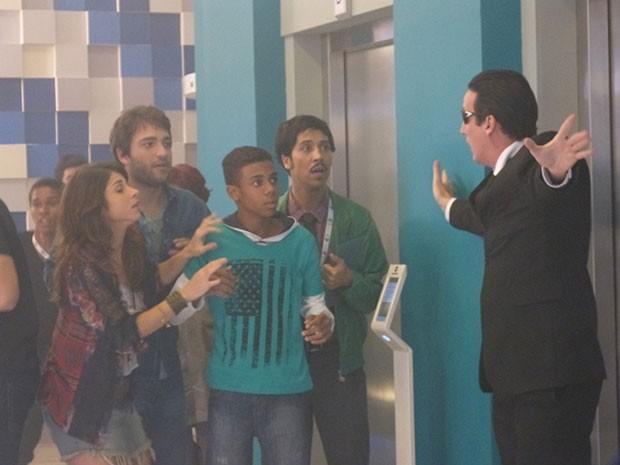 Candidatos procuram saída de emergência (Foto: Parker TV)