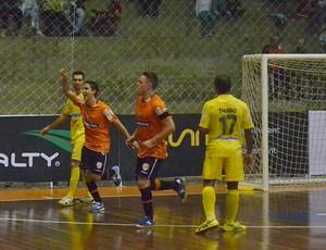 Kevin e Rodrigo, do Carlos Barbosa, comemoram o segundo gol laranja na partida (Foto: Reprodução SporTV)