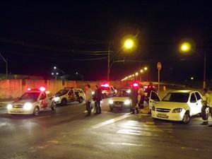 Ponte dos Barreiros foi bloqueda em São Vicente, SP (Foto: Ivair Vieira Jr/G1)