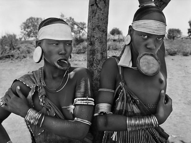 As mulheres mursi e surma são as últimas mulheres do mundo a usar discos para estender os lábios. Dargui, povoação mursi no Parque Nacional Mago, perto de Jinka, Etiópia, 2007 (Foto: Sebastião Salgado / Amazonas Images)
