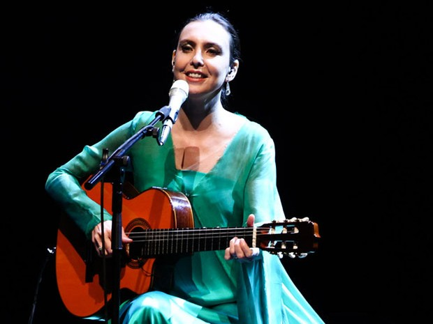 Adriana Calcanhotto - cantora volta aos palcos com banquinho e violão (Foto: Divulgação)