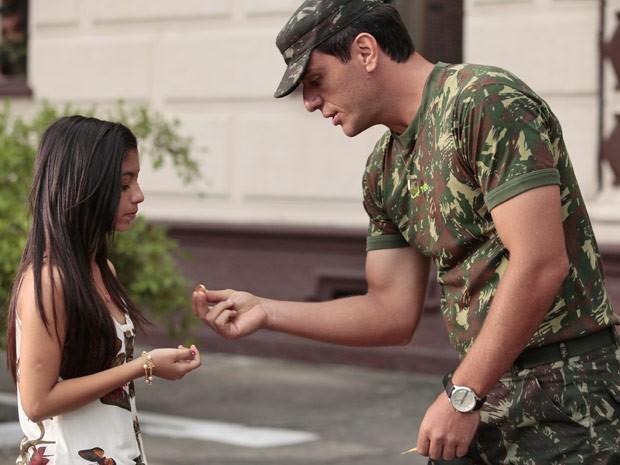 Samantha tenta devolver aliança, mas Théo não quer saber (Foto: Salve Jorge/TV Globo)