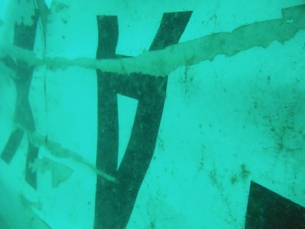 Agência de buscas da Indonésia divulgou nesta quarta-feira (7) imagem sem data definida dos destroços que foram localizados no fundo do Mar de Java (Foto: Basarnas/AP)