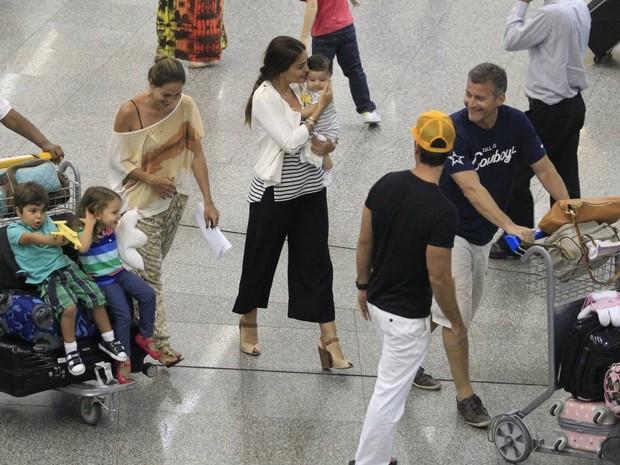 Juliana Paes com a família em aeroporto no Rio (Foto: Delson Silva e Dilson Silva/ Ag. News)