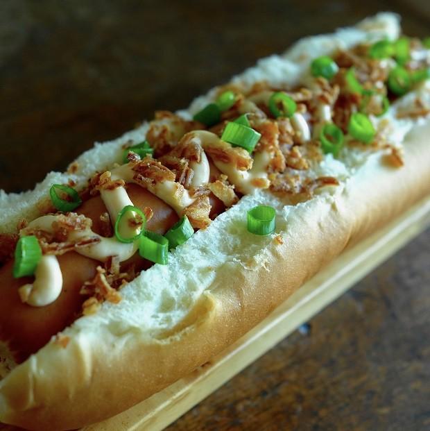 Hot dog com cebola crispy e maionese picante com bacon, ótima pedida para o Super Bowl