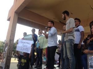 Manifestantes protestaram o aumento na tarifa de ônibus em Macapá (Foto: Aline Paiva/G1)