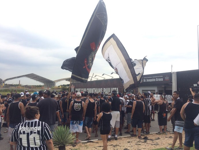 Corinthians CT Joaquim Grava protesto (Foto: Carlos Augusto Ferrari)