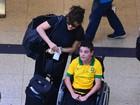 Bárbara Paz posa com fã cadeirante ao embarcar em aeroporto no Rio