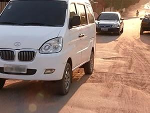 No Amparo, veículos só podem passar um por vez (Foto: Reprodução/TV Tapajós)