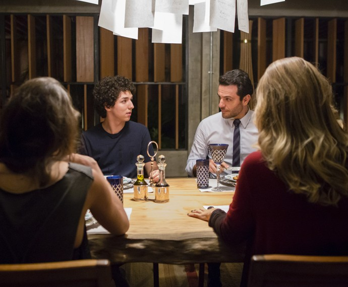 Alex e Giovanna vivem tocando no assunto virgindade com Bruno (Foto: Globo/Tata Barreto)