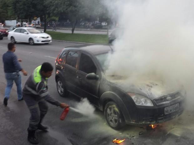 Agentes da SMTT controlaram foram até o local e apagaram as chamas (Foto: Kléverton Amorim/Arquivo pessoal)
