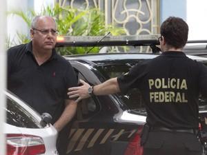 O ex-diretor de serviço da Petrobras, Renato Duque, chega à sede da Polícia Federal no Rio de Janeiro após ser preso na operação Lava-Jato (Foto: Márcia Foletto/Agência O Globo)
