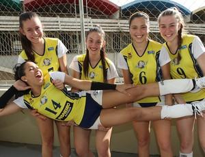 Mariana Zilio, irmã de Natália do vôlei faz pose descontraída com companheiras nas Olimpíadas Escolares (Foto: Andre Mourao/AGIF/COB)